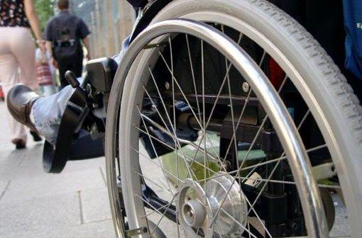 Frau im Rollstuhl verfolgt Dieb