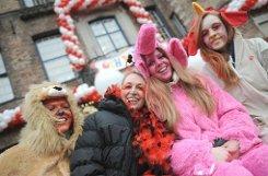 Mit den traditionellen Rosenmontagszügen in den rheinischen Hochburgen erreicht der Karneval seinen Höhepunkt. Klicken Sie sich durch die narrische Bildergalerie. Foto: dpa
