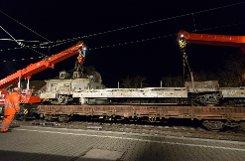 Nach dem Waggon-Unglück in Feuerbach sind die Bergungsarbeiten abgeschlossen - die beiden 75-Tonnen-Schienenkräne hatten die Waggons am Sonntagnachmittag von der Unglücksstelle entfernt.br Foto: www.7aktuell.de/Oskar Eyb
