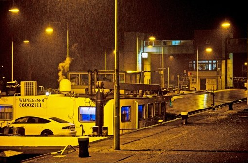 Das Schiff mit der Tunnelbohrmaschine in der Nacht zum Donnerstag an der Neckarschleuse in  Marbach. Foto: Max Kovalenko