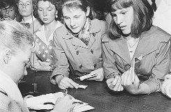 Romy Schneider 1957 auf der Berlinale. In 63 Jahren haben sich fast alle großen Stars in Berlin blicken lassen. Foto: Berlinale