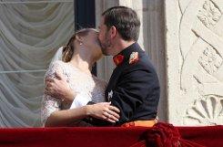 Der langersehnte Kuss auf dem Balkon - deutlich länger und leidenschaftlicher, als man ihn beispielsweise bei der royalen Hochzeit in Großbritannien sah. Foto: dpa