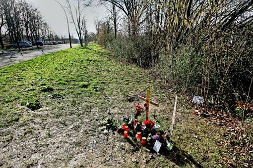Ein Holzkreuz und  Blumen am Tatort in Ludwigsburg-Eglosheim erinnern an die ermordete Nadine Ertugrul. Foto: factum/Bach