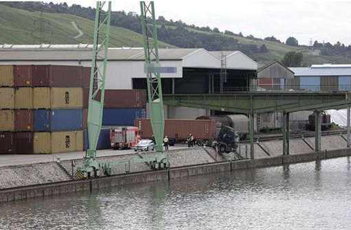 Lkw hängt über dem Neckar