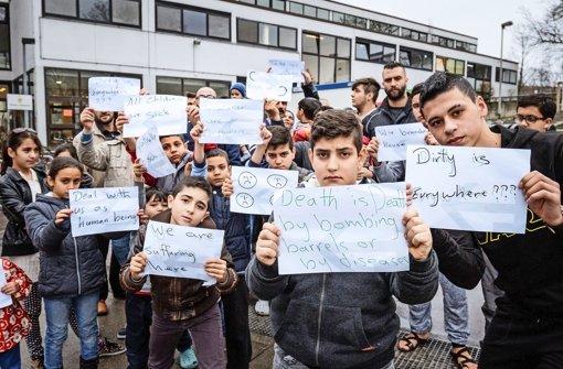Ihre Botschaften sind unmissverständlich: Syrische Flüchtlingskinder  vor ihrer Notunterkunft in der Turnhalle der Raichberg-Realschule  im Stuttgarter Osten  Foto: Lichtgut/Jan Potente Foto: