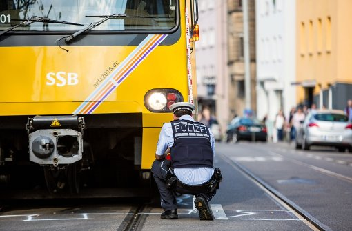 Autofahrer kracht in Stadtbahn