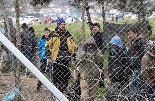 Seitdem Mazedonien die Grenze geschlossen hat, sitzen die Migranten fest. Foto: dpa