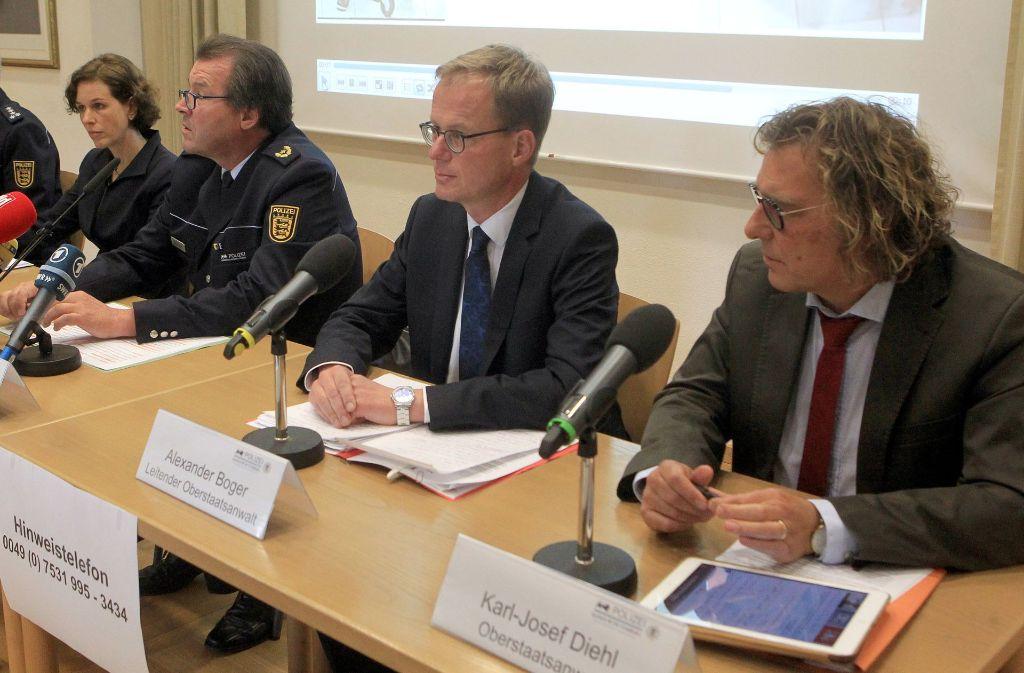 Polizeivizepräsident Uwe Stürmer (2.v.l) vom Polizeipräsidium ...
