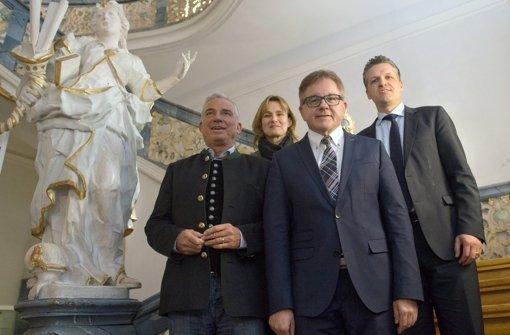 Der Vize-LandesChef der CDU Baden-Württemberg, Thorsten Frei (von rechts nach links), der Spitzenkandidat  Guido Wolf, die Generalsekretärin  Katrin Schütz und der stellvertretende Fraktionsvorsitzende der CDU/CSU-Bundestagsfraktion, Thomas Strobl stehen nach  der Klausurtagung der CDU-Baden-Württemberg in einem Treppenhaus des Klosters Schöntal Foto: dpa
