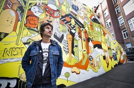 Florian Schupp vor einem Graffiti im Westen, das durch ihn initiiert wurde. Foto: Max Kovalenko