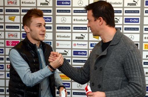 Der rumänische Nationalspieler Alexandru Maxim (links, mit VfB-Sportdirektor Fredi Bobic) wechselt zum VfB Stuttgart. Der 22-Jährige kommt von Rumäniens Erstligist Pandurii Târgu Jiu. Foto: dpa