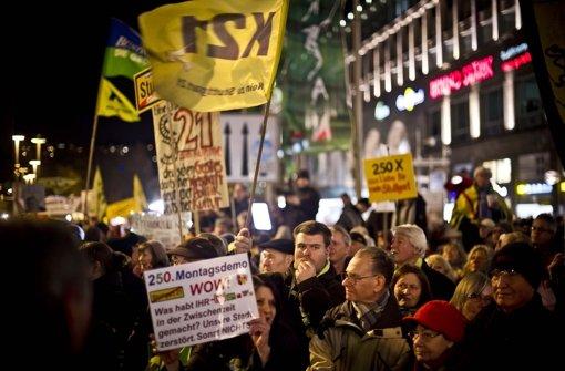Die Stuttgart-21-Gegner werden jeden Montag von einem großen Polizeiaufgebot begleitet. Mehr als 106000 Einsatzstunden sind seit 2011 angefallen Foto: Lichtgut/Max Kovalenko