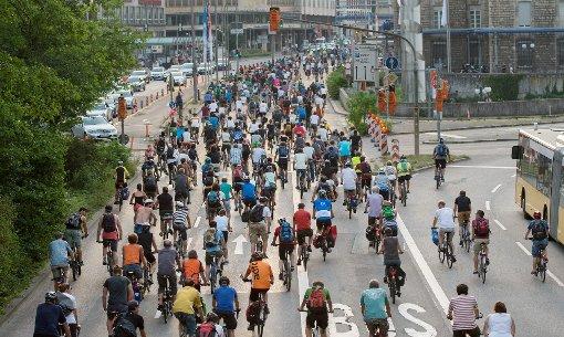Fahrradprotest Critical Mass in Stuttgart: So viele Radfahrer sieht man auf der Straße eher selten. Foto: dpa