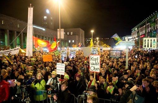 In der vergangenen Woche haben die Stuttgart-21-Gegner vor dem Hauptbahnhof gegen das Projekt demonstriert. Vom 12. Januar an wollen sie die Kundgebungen auf den Schlossplatz verlegen Foto: dpa