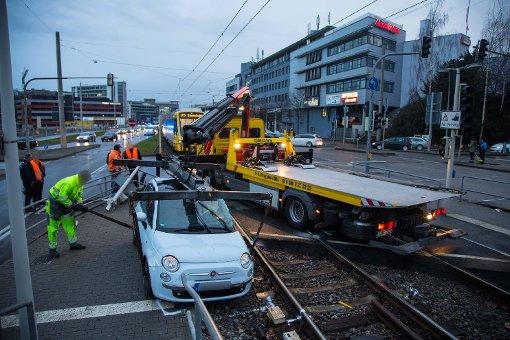Auto rammt Stadtbahn beim Abbiegen