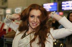 Schauspielerin Georgina Fleur, Teilnehmerin der TV-Show Bachelor auf dem Flughafen in Frankfurt am Main vor dem Flug nach Australien ins Dschungelcamp. Foto: dpa