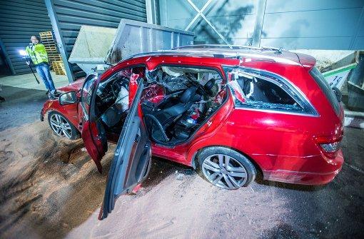 Mercedes schanzt 16 Meter und prallt auf zwei Stahlcontainer