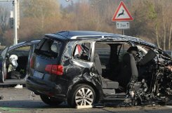Unfallfahrzeuge stehen am Sonntag auf der Autobahn A5 bei Offenburg. Bei dem Verkehrsunfall durch einen Geisterfahrer starben sechs Menschen. Foto: dpa
