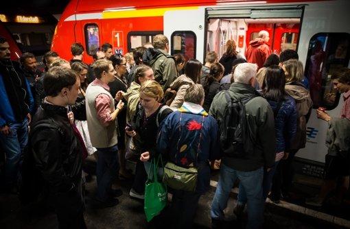 Dichte Gedränge am Bahnsteig – hier in Bad Cannstatt: Jeden Werktag sind Hunderttausende mit den S-Bahnen in der Region unterwegs Foto: Lichtgut/Achim Zweygarth