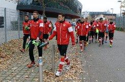 Die Profis des VfB Stuttgart auf dem Weg zu ihrem ersten Training unter dem neuen Coach Huub Stevens. Foto: Pressefoto Baumann