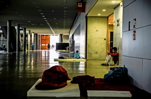 Die Matratzen in der Landesmesse wandern für die nächsten Wochen von der Halle 1 in die kleinere Halle 9 Foto: Lichtgut/Leif Piechowski