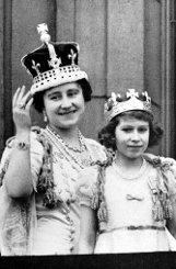 1937: bQueen Elizabeth II./b im Alter von elf Jahren an der Seite ihrer Mutter auf dem Balkon des Buckingham Palace. Foto: dpa
