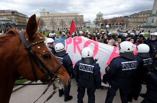 Der Bildungsplan erhitzt weiter die Gemüter: In Stuttgart gingen am Samstag wieder Hunderte auf die Straße. Angespannt war die Lage am Schlossplatz. Foto: dpa