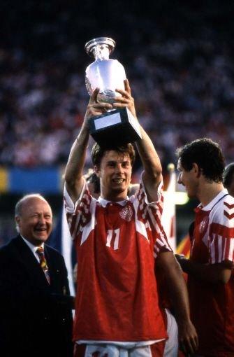 ... Triumph feierten die Dänen 1992: Das Team um Michael Laudrup holte den Europameistertitel. Besonders beeindruckend ist, dass ...br Foto: AP