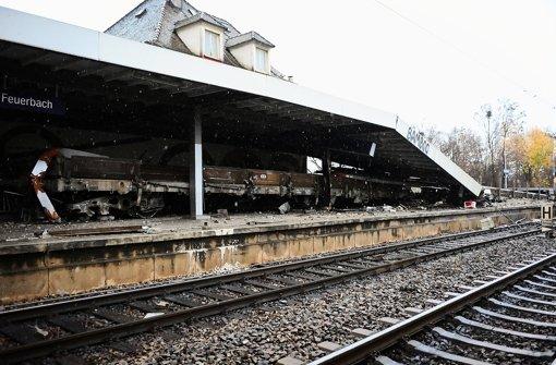 Bahnhof Stuttgart-Feuerbach, Gleis 1: Wo sonst Berufspendler auf die S-Bahn warten, haben Güterwaggons den Bahnsteig durchpflügt  und ein Vordach heruntergerissen. Foto: Michele Danze