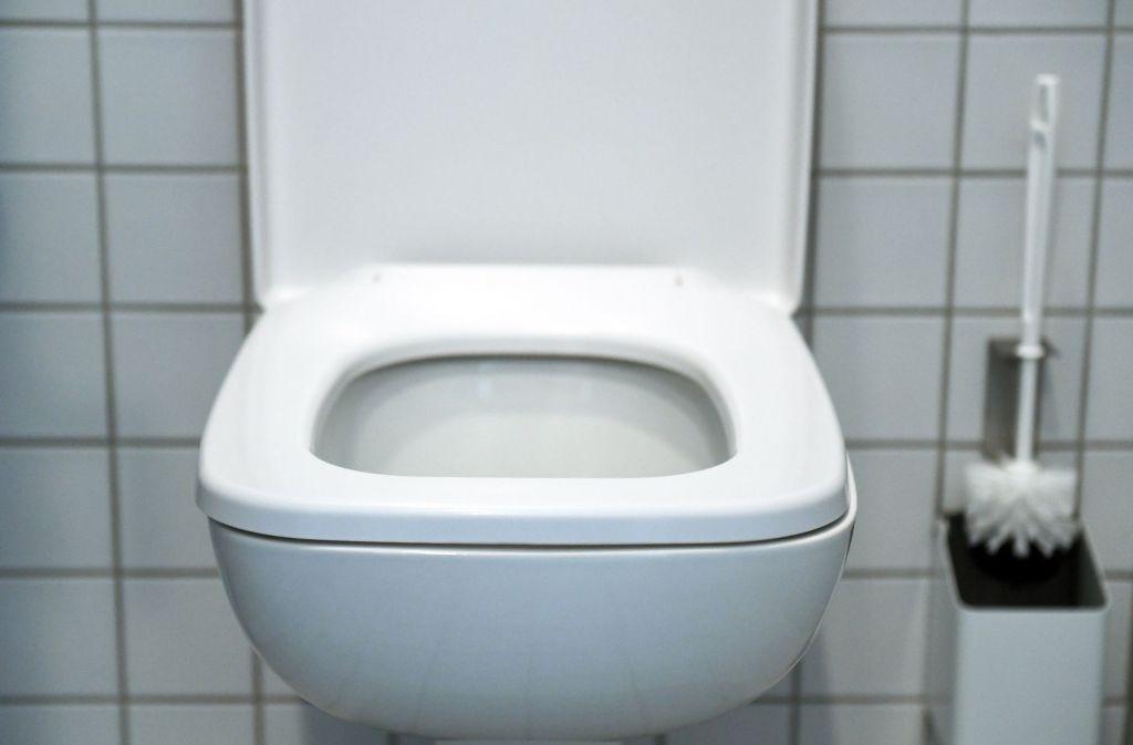 Rotschopf Bläst Auf Einer öffentlichen Toilette