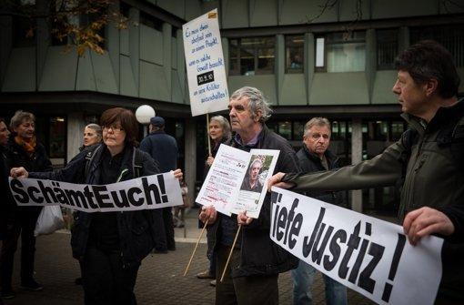 Demonstranten vor dem Landgericht Stuttgart Foto: Lichtgut/Achim Zweygarth