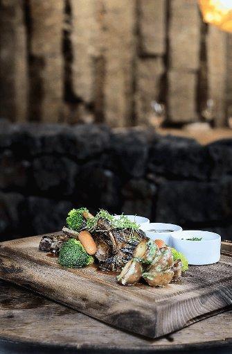 Fleisch auf Holzbrett gibt es im Grillmarket. Foto: Restaurant