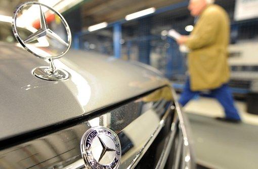 Im kommenden Jahr wird Mercedes die E-Klasse erneuern. Dann gibt es einen Hybrid, der an der Steckdose geladen werden kann. Foto: dpa