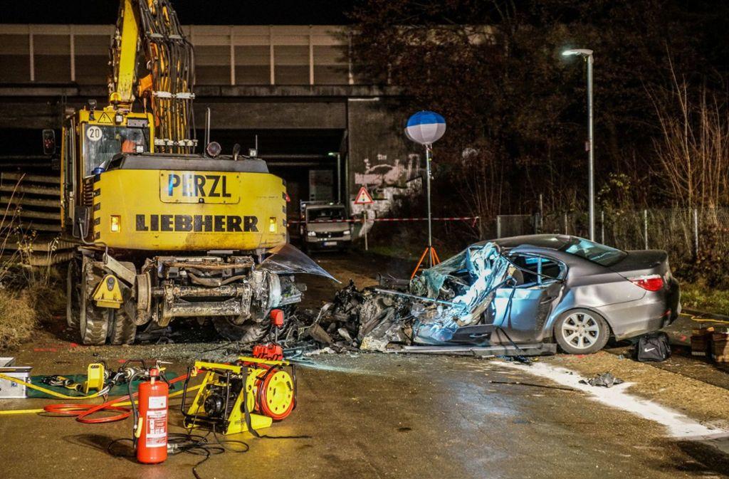 Wendlingen Im Kreis Esslingen Autofahrer Kracht Gegen Bagger Und