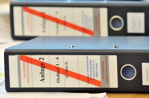 Akten des Verfassungsschutzes liegen auf dem Tisch im Neonazi-Untersuchungsausschuss des Thüringer Landtages in Erfurt. Baden-Württemberg richtet eine eigene NSU-Ermittlungsgruppe ein. (Archivfoto) Foto: dpa