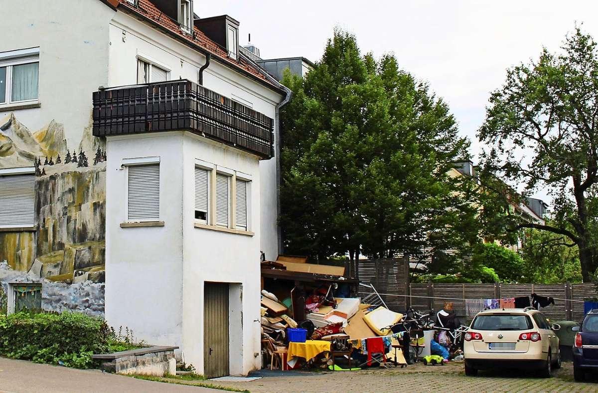Hinter dem Haus an der Reutlinger Straße liegt ein riesiger Müllberg, der immer wieder aufs Neue anwächst. Foto: Caroline Holowiecki