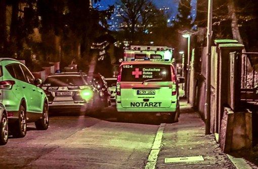 Polizei und Rettungskräfte am Tatort in Stuttgart-Ost – doch für eine 61-Jährige kommt jede Hilfe zu spät. Foto: SDMG