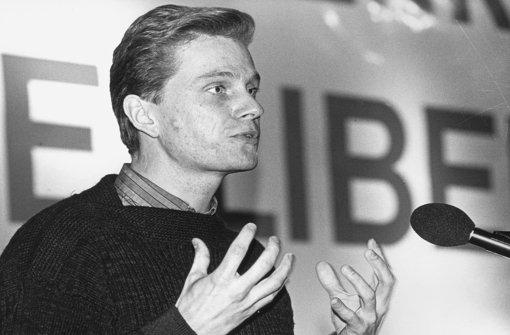 """Guido Westerwelle am Rednerpult am 09.12.1984 beim Bundeskongress der """"Jungen Liberalen"""" in Bensheim an der Bergstraße. Foto: dpa"""