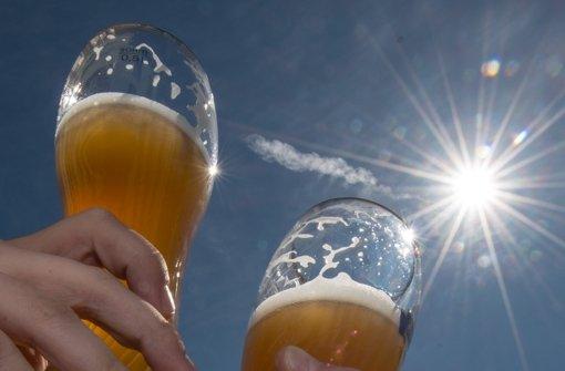 Bild aus jenen Tagen, als das Weißbier in Bayern noch nicht aus Schnapsgläsern getrunken  wurde Foto: dpa