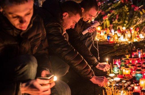 Menschen in der Ukraine gedenken den Getöteten. Foto: Getty Images Europe
