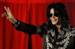 Popstar bMichael Jackson/b bleibt der bSpitzenverdiener/b unter den toten Stars. Der im Juni 2009 im Alter von 50 Jahren gestorbene Sänger hat seinen Erben rund b170 Millionen Dollar/b (umgerechnet 122 Millionen Euro) eingebracht, schätzt das US-Wirtschaftsmagazin Forbes. Hinter dem King of Pop folgt ...p Foto: dpa