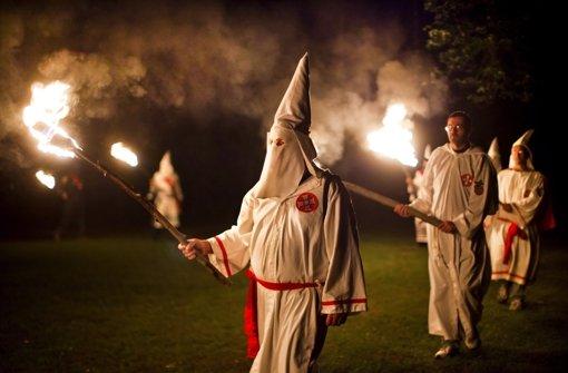 Mitglieder des rassistischen Ku-Klux-Klans marschieren in einem Wald in den USA zu einer Zeremonie auf. Foto: dpa