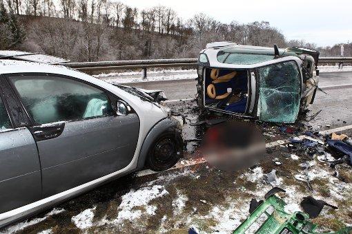 Bei einem Unfall auf der eisglatten K 1897 zwischen Backnang und Erbstetten ist am Mittwochmorgen der 19-jährige Fahrer eines Smart tödlich verletzt worden. Foto: Benjamin Beytekin