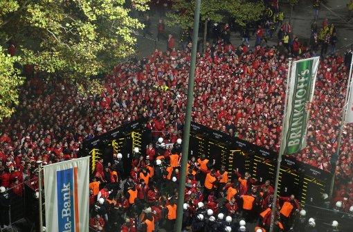 Vier Polizisten vor Pokalspiel in Dortmund verletzt
