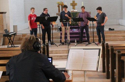Fünf junge Sänger und zwei Mikrofone