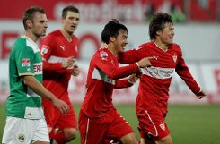 Der VfB Stuttgart siegte dank eines Tores von Shinji Okazaki(Mitte) bei Greuther Fürth mit 1:0.br Foto: dpa