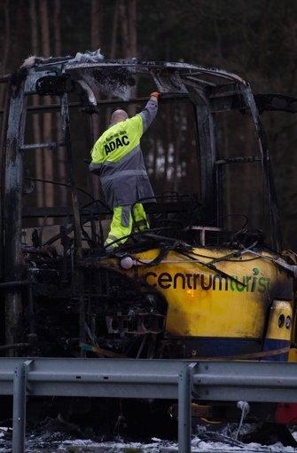 Ein Reisebus brennt komplett aus. Foto: dpa-Zentralbild