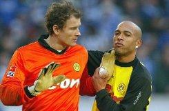 Zur Winterpause kehrt Jens Lehmann nach Deutschland zurück und stellt sich für Borussia Dortmund ins Tor. Doch bei den Schwarz-Gelben ist der Keeper nicht sonderlich beliebt. Er gilt als Rüpel, ... Foto: dpa