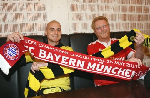 Den Schal des Konkurrenten nehmen sie sonst nie in die Hand: BVB-Fan Manuel Dilling (li.) und Bayern-Anhänger Günther Keinath Foto: Baumann