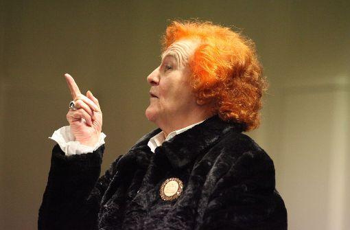 Eine Märchenfee mit feuerroter Haarpracht